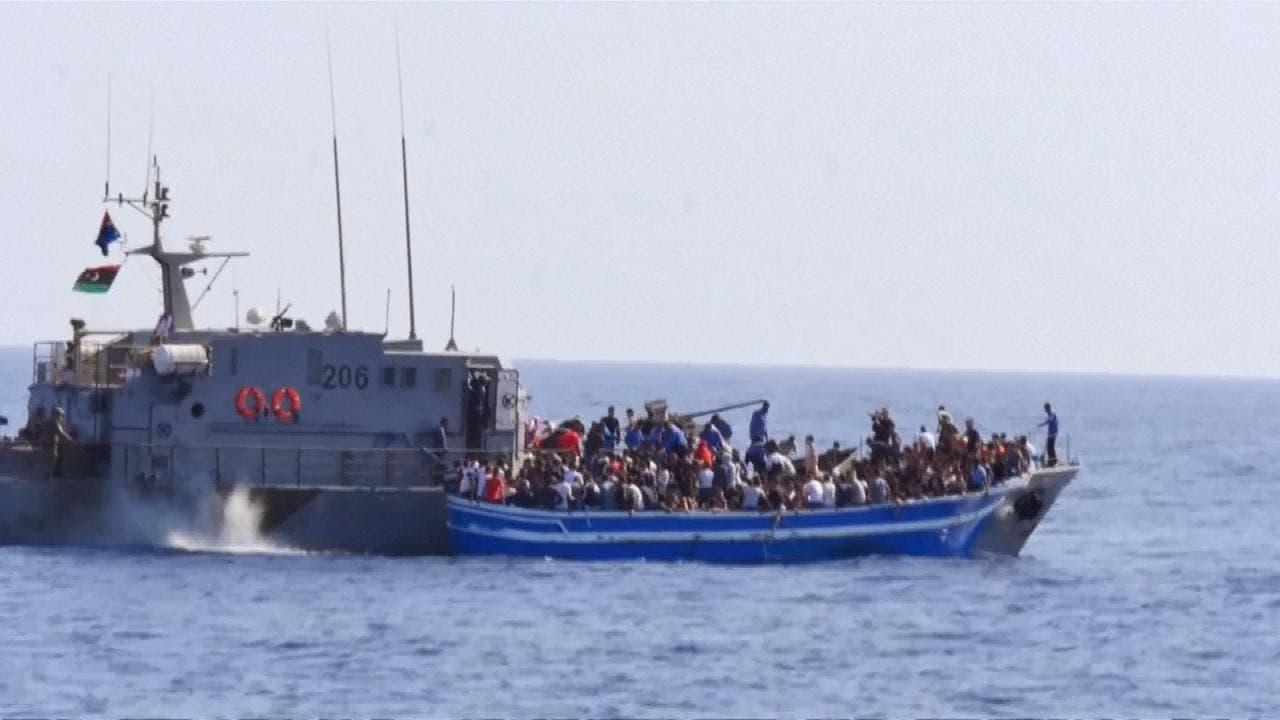 البحرية الليبية تعترض قارب مهاجرين قبالة مصراتة