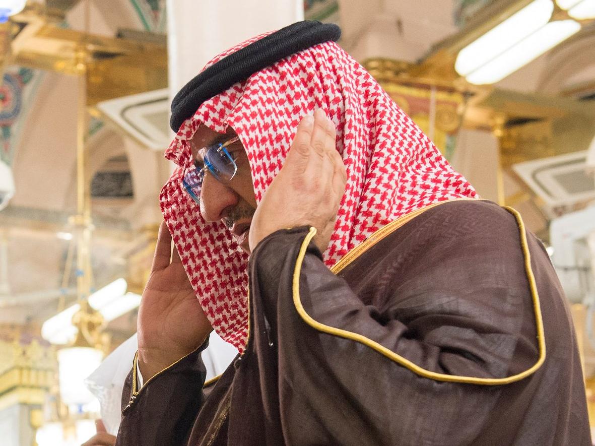 الأمير محمد بن نايف يصلي في الروضة الشريفة
