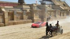 حصانان يصمدان أمام سيارة فيراري في سباق إيطالي