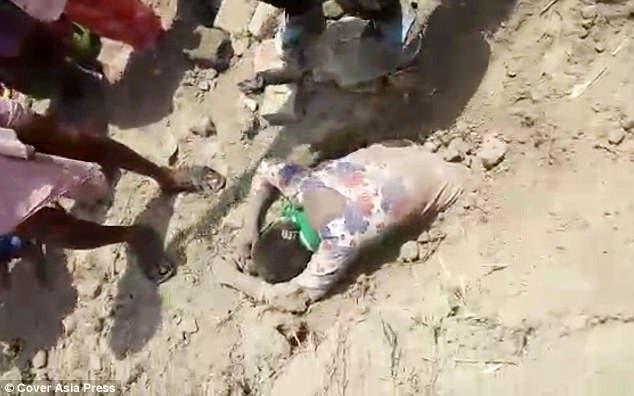 شاهد فتاة تعود من القبر إلى الحياة بعد ساعتين من دفنها