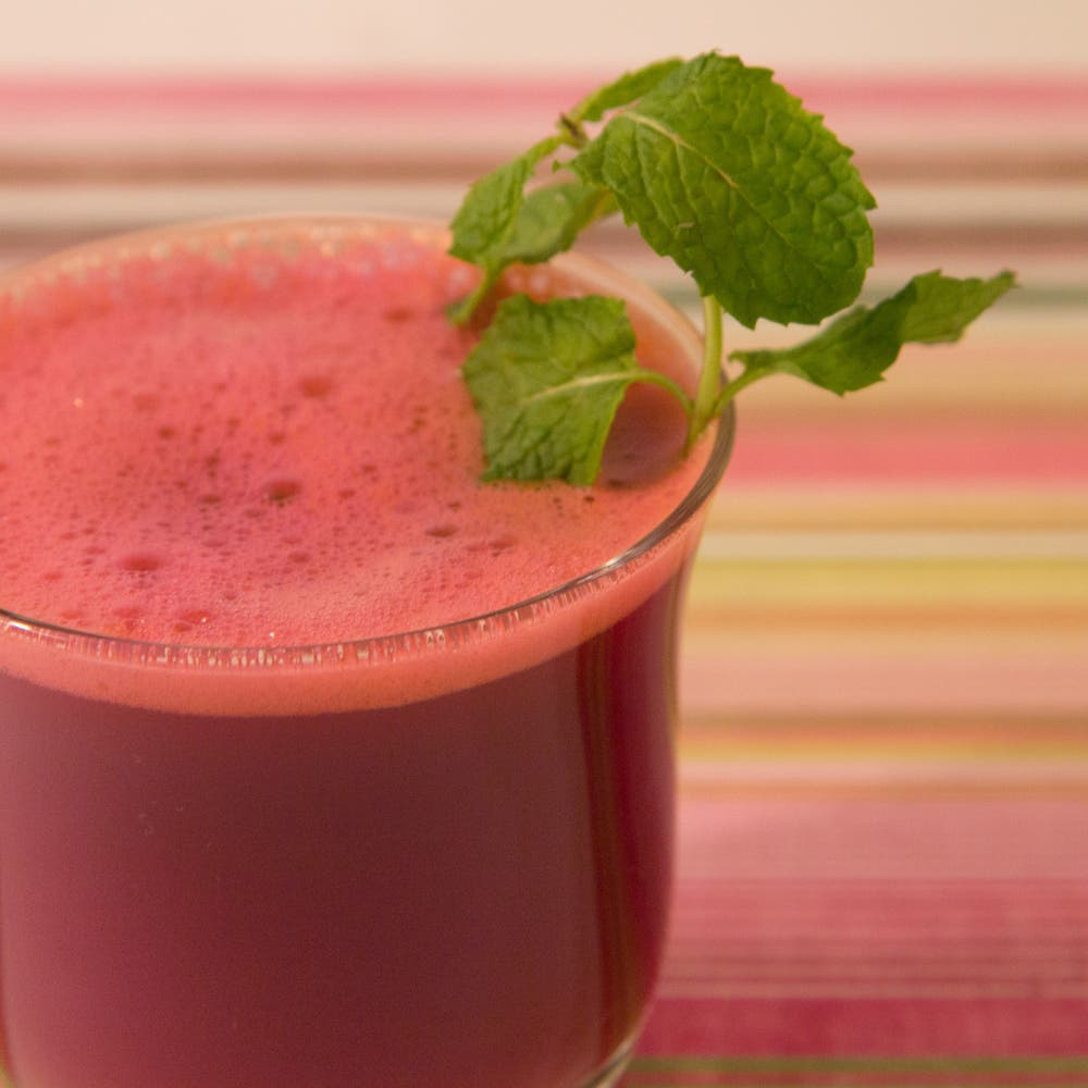 عصير أحمر.. كنز صحي يحارب الشيخوخة والسمنة ويقوي المناعة