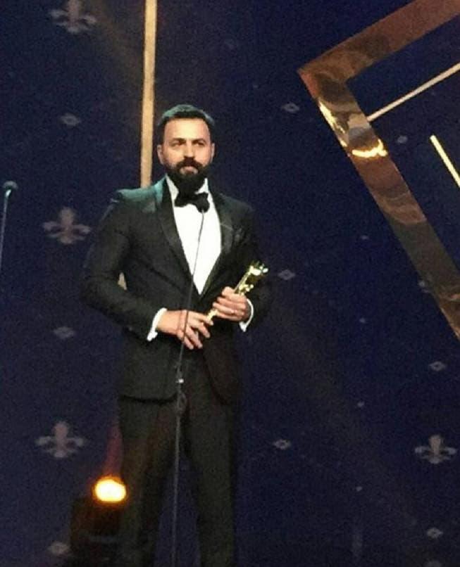 تيم حسن يتسلم الجائزة