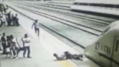 شاهد كيف نجت فتاة قبل انتحارها أمام القطار بثوانٍ