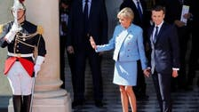 الرئيس الفرنسي يرتدي بذلة متواضعة وزوجته تستعير ملابسها