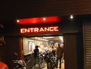 مقهى في القاهرة يرحب بالزبائن.. ودراجاتهم النارية