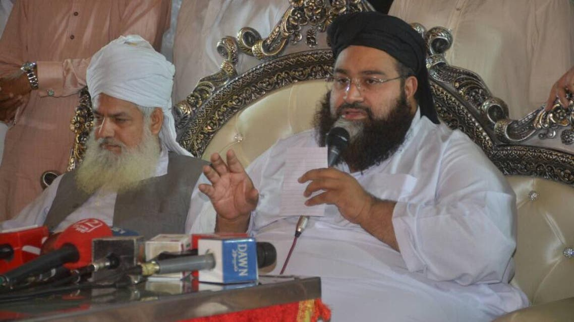 إلى يمين الصورة رئيس مجلس علماء باكستان حافظ طاهر أشرفي