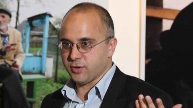 صحافي روسي يشهر سلاحه بوجه عضو وفد زار سوريا