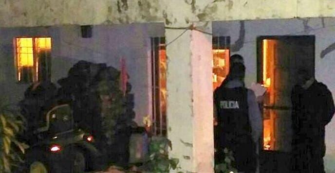 أقبل عناصر من الشرطة الى البيت حيث قتلت الطفلة وافتادوا الطفل وأهله للاطلاع منهم عما حدثt