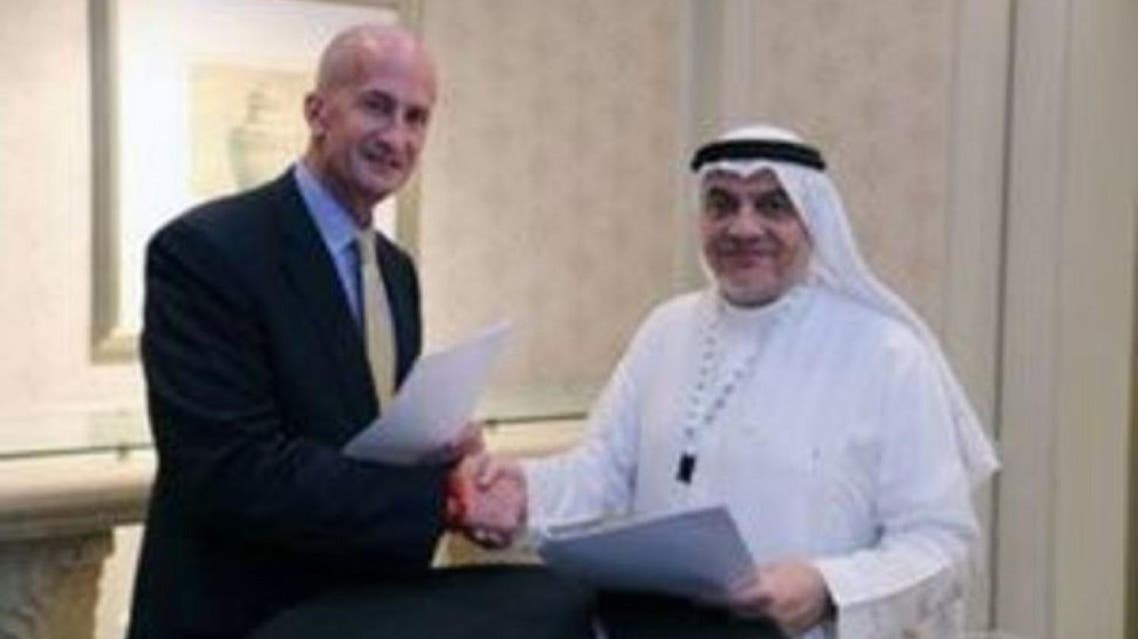 Vice Chairman of General Electric, John Rice, and Saudi Governor of Small & Medium Enterprises, Ghassan Ahmed Al Sulaiman, pose after signing their agreements at the Saudi-US CEO Forum 2017 in Riyadh on May 20, 2017. (Reuters)