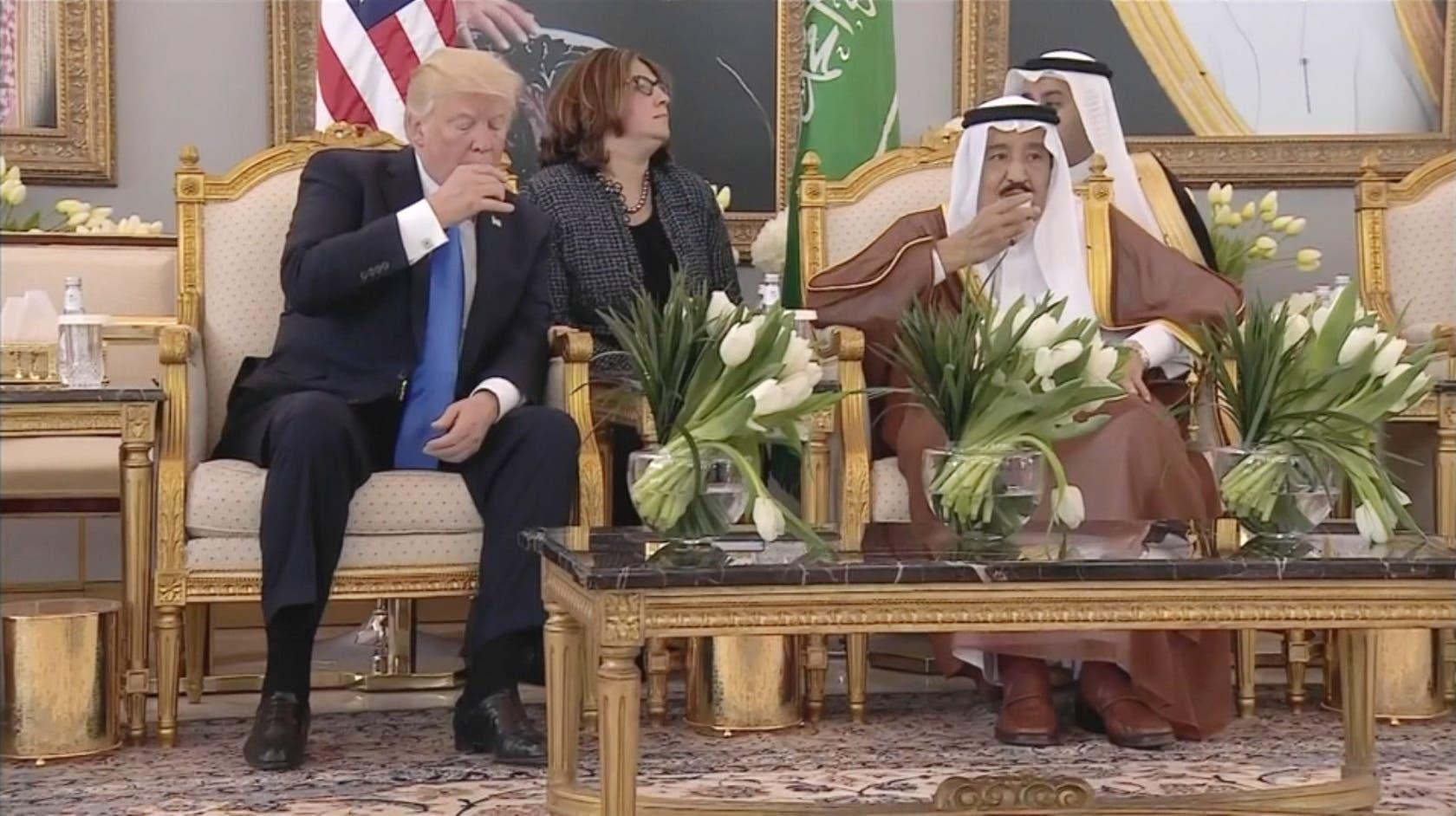 ملک سلمان و ترامپ در حال نوشیدن قهوه عربی در سالن فرودگاه ریاض