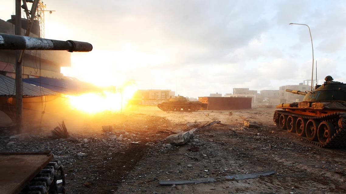Members of the Libyan National Army (LNA) fire a tank during fighting against jihadists in Qanfudah, on the southern outskirts of Benghazi, on January 14, 2017. (File photo: AFP)