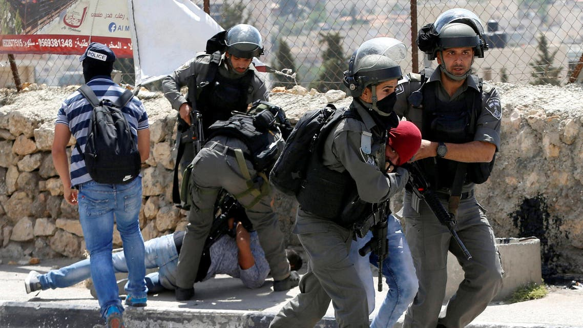 Israeli border police detain Palestinians during clashes following a protest in support of Palestinian prisoners on hunger strike in Israeli jails, in the West Bank town of Bethlehem May 19, 2017.
