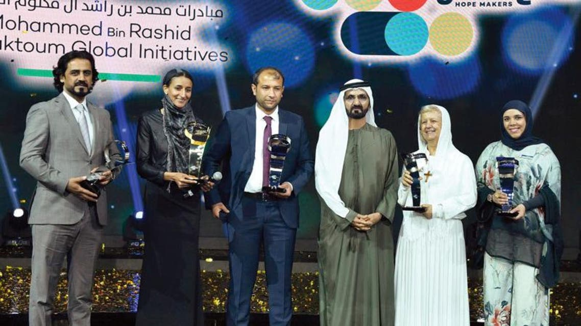 الشيخ محمد بن راشد مع الخمسة فائزين