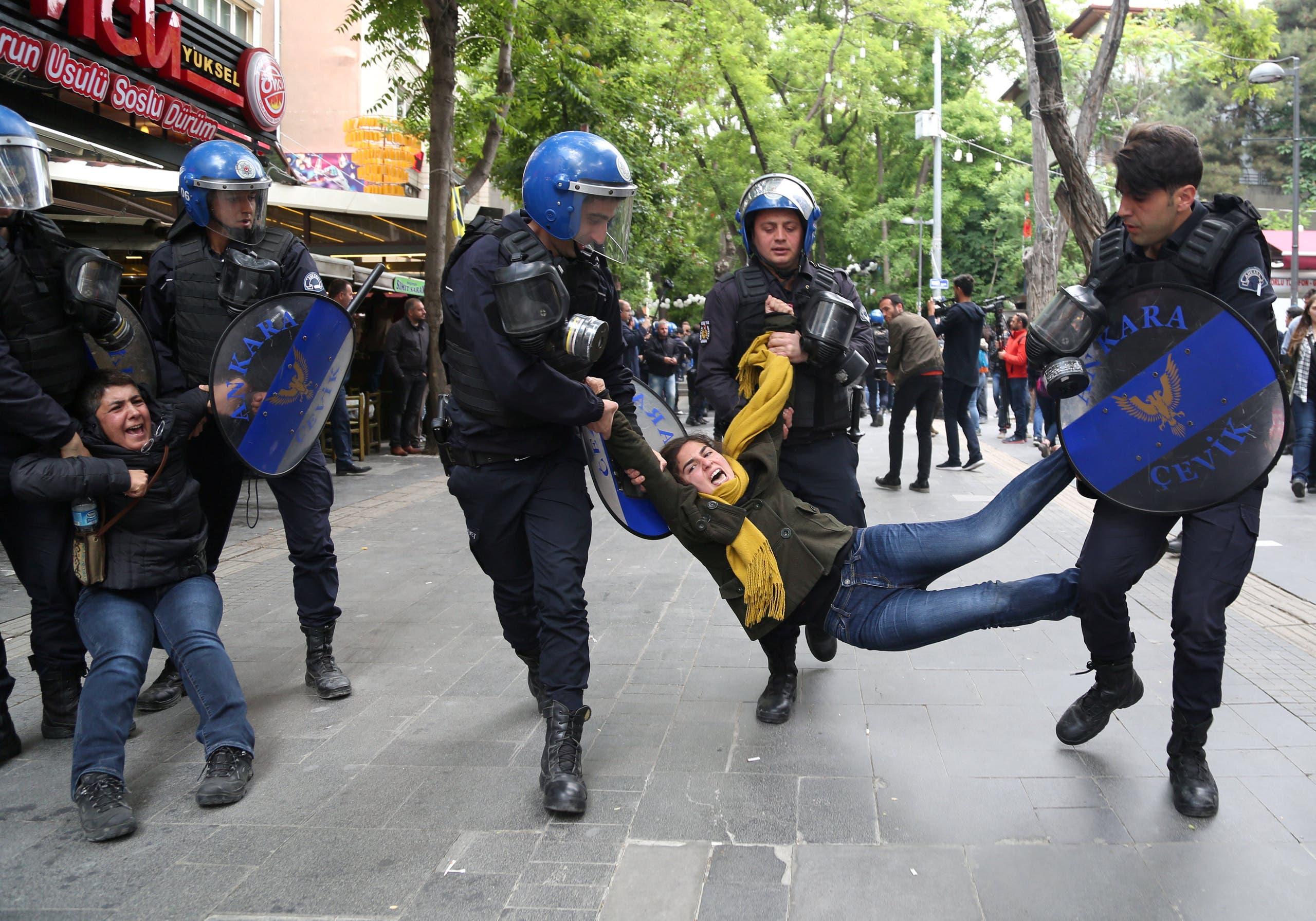 الشرطة التركية تعتقل محتجين