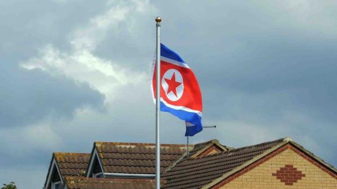 علم كوريا الشمالية فوق منزل بإنجلترا.. والسبب مجهول