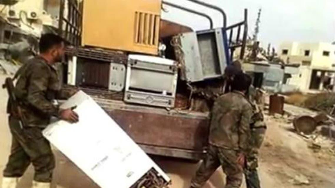 جنود الأسد وهم يسرقون بيوتا في شرق حلب بعد سيطرته عليها