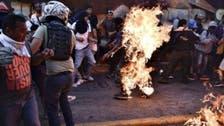 شاهد.. متظاهرون بفنزويلا يحرقون شاباً من أنصار الحكومة