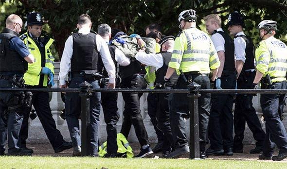 الشرطة البريطانية تقتاد الرجل المشتبه به