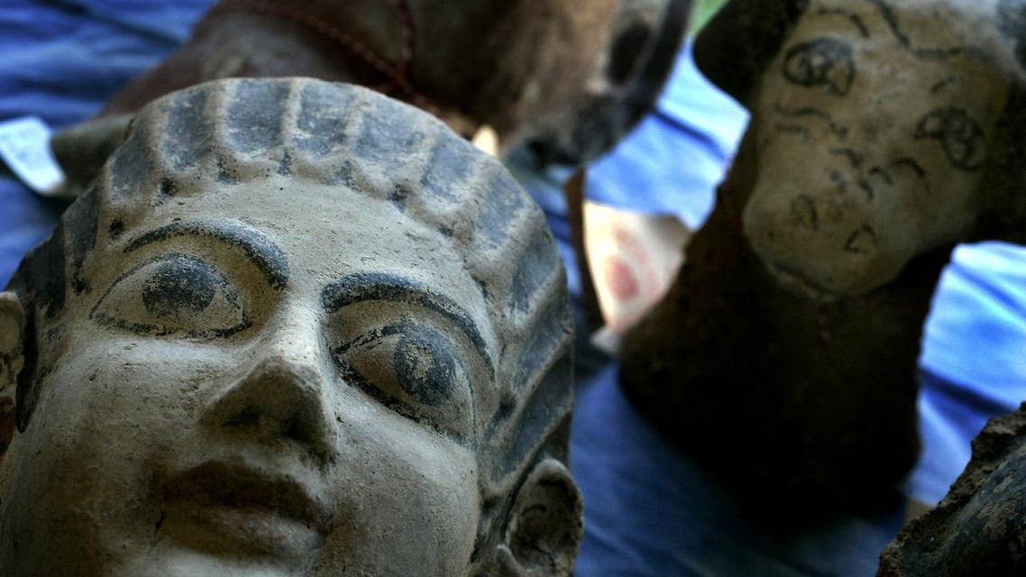 Etruscan artifacts are shown during a news conference at the Etruscan Museum in Rome January 14, 2005. (File photo: Reuters)