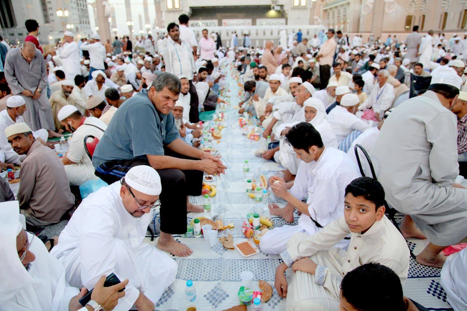 Worshippers break the fast at the Prophet Mohammed Mosque in Medina during Ramadan on June 10, 2016. (AFP)