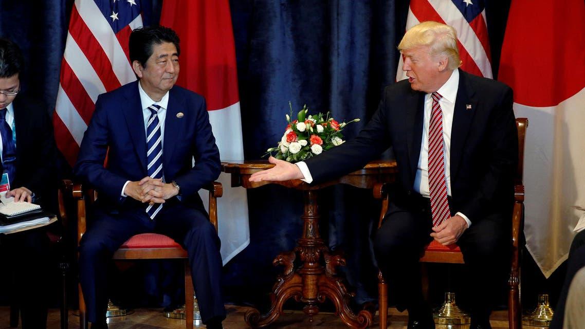 ترمب خلال لقاء ثنائي مع رئيس الوزراء الياباني شينزو آبي في إيطاليا