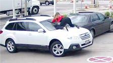 شاهد.. ماذا فعلت هذه الفتاة الشجاعة لمنع سرقة سيارتها؟