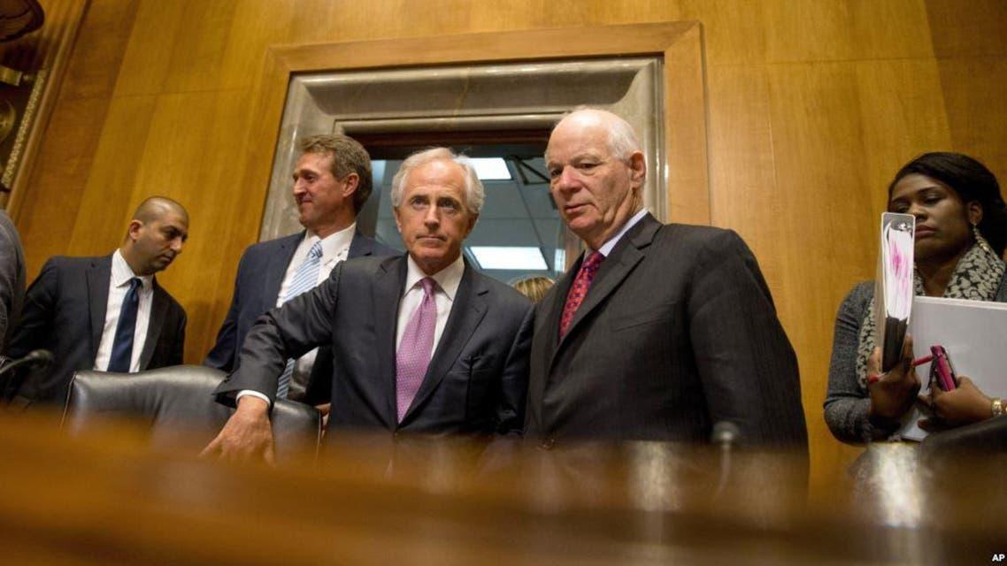 من اليمين السيناتوران بين كاردين وبوب كروكر رئيس لجنة العلاقات الخارجية بمجلس الشيوخ الاميركي