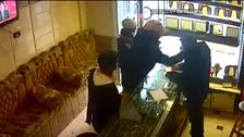 فيديو دموي بمصر.. طعنوه بالسكين وانهالوا عليه بالمطرقة!