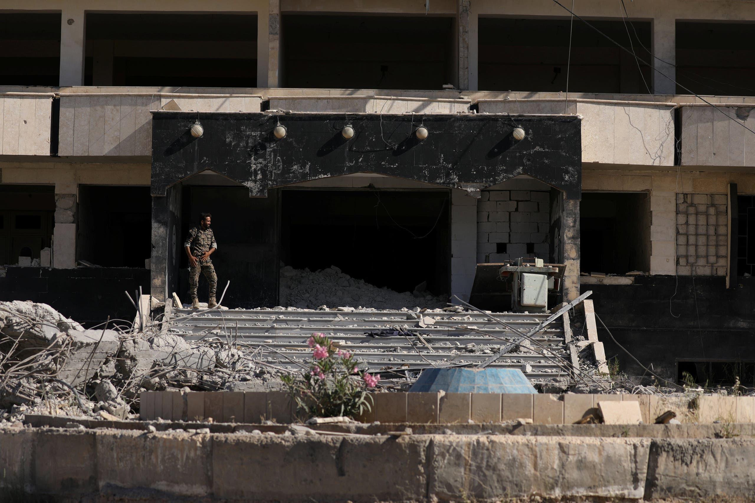 أحد عناصر قوات سوريا الديمقراطية في الطبقة