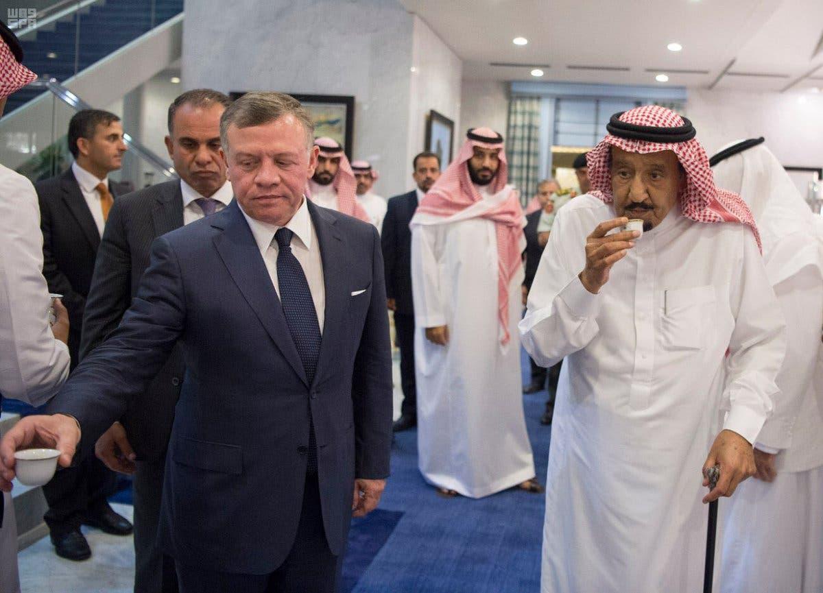 بالصور.. خادم الحرمين الشريفين يستقبل ملك الأردن