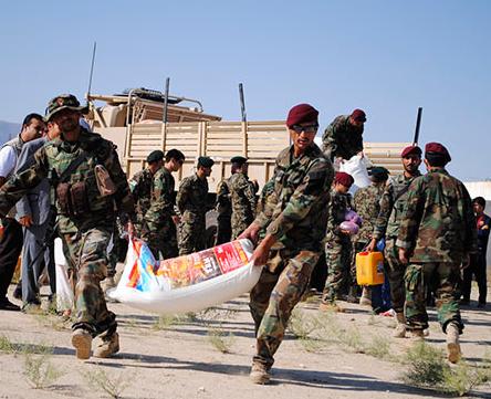 کمک ارتش ملی افغانستان به 100 خانواده نیازمند به مناسبت ماه رمضان