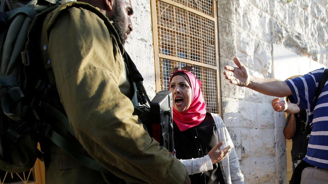 A Palestinian woman agues with an Israeli soldier near the scene of what the Israeli military said was a stabbing attack by a Palestinian, in Hebron September 16, 2016. (File photo: Reuters)