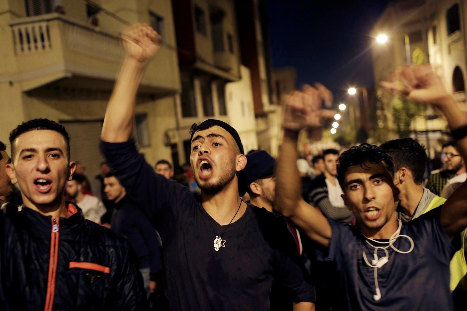 Moroccans shout slogans during a demonstration against official abuses and corruption in the town of Al-Hoceima, Morocco May 31, 2017. (Reuters)