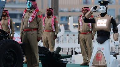 دبي.. رجل الشرطة الآلي يشارك في إطلاق مدفع الإفطار