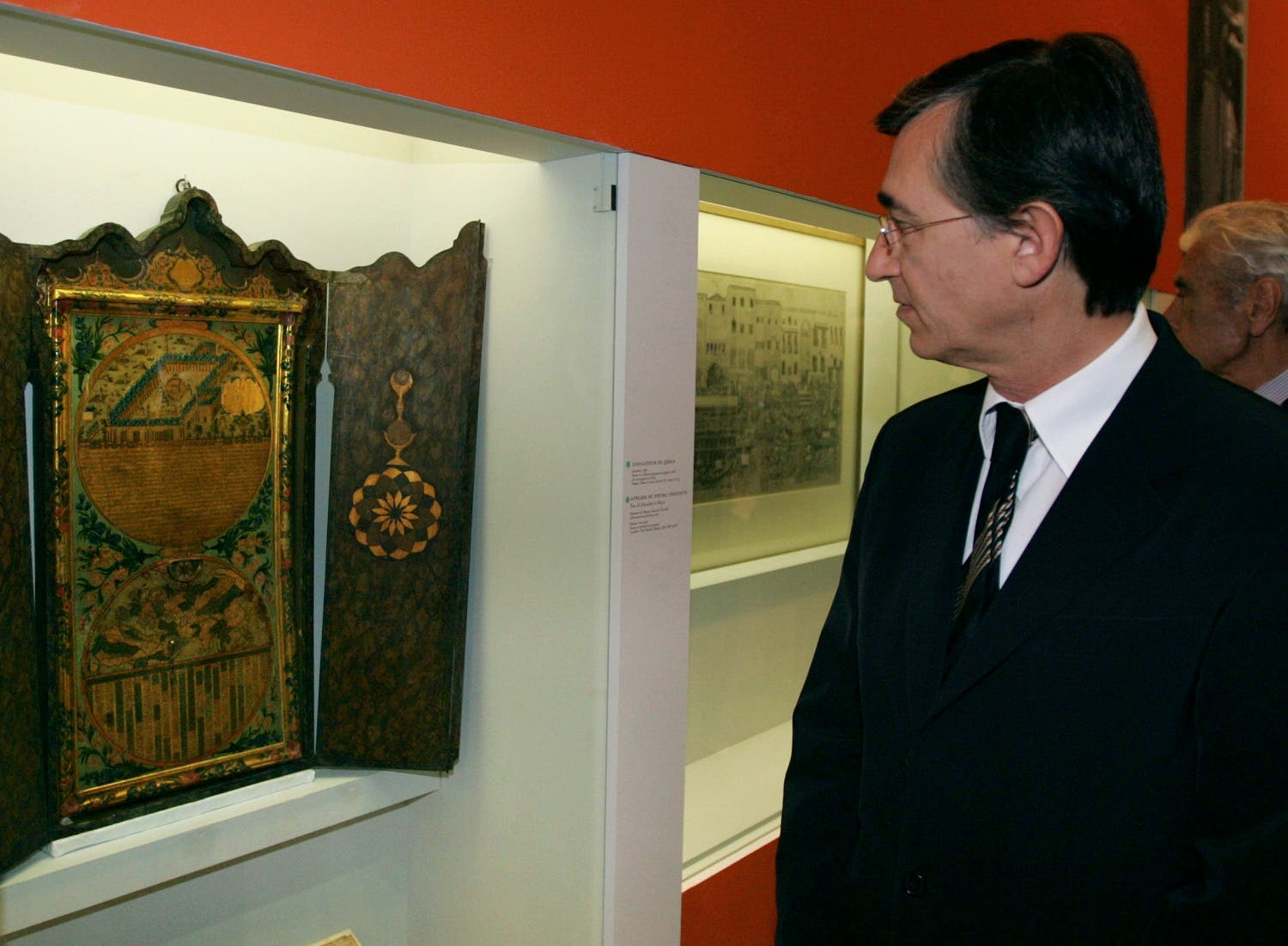 "French Foreign Affairs Minister Philippe Douste-Blazy visits the exhibition ""Venise et l'Orient"" (Venise and the Arab world), 02 October 2006 at the Paris' ""Institut du monde arabe"" (Arab world Institut). (AFP)"