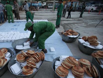 توزیع غذای پخته شده برای افراد نیازمند در افغانستان