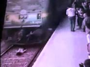 الهند تشهق من فيديو لمراهقة تختفي تحت عجلات القطار