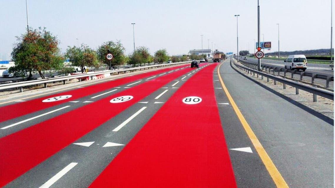صبغ الشوارع باللون الأحمر في دبي للتنبيه على السرعة