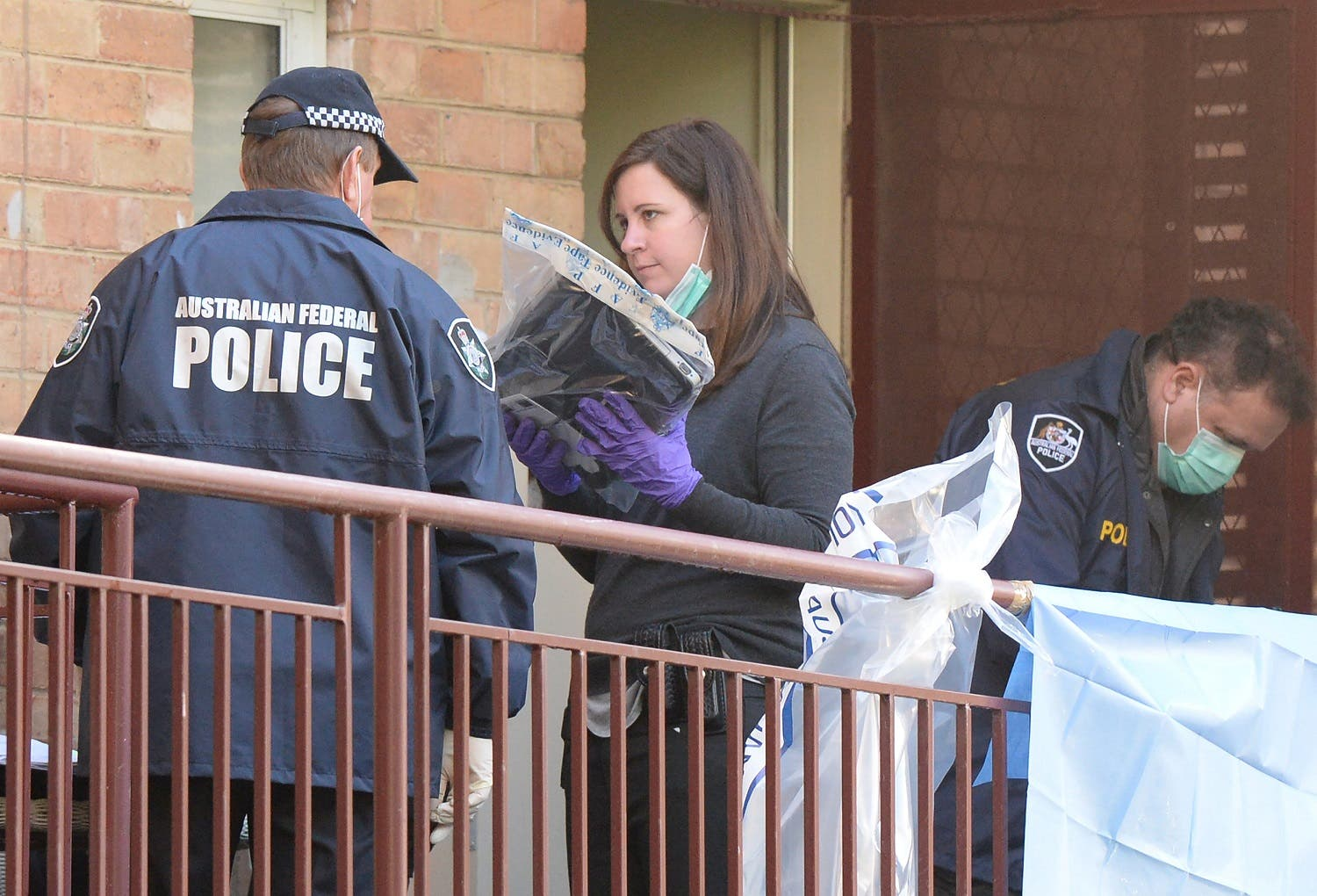 Australian police carry out raids at an apartment block in Melbourne, Australia, June 9, 2017 that are said to be linked to the deadly siege by a lone gunman in the country's second biggest city earlier in the week. (Reuters)