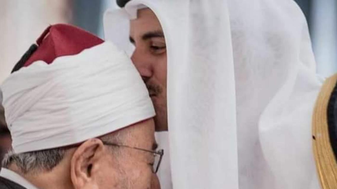 أمير قطر يقبل رأس يوسف القرضاوي
