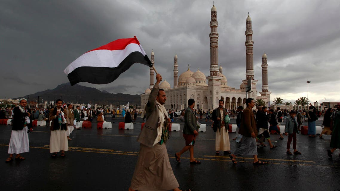 """Yemeni supporters of former president Ali Abdullah Saleh and of the Shiite Huthi rebels rally in the capital Sanaa on August 1, 2016, four days after a deal between Saleh's General People's Congress and its allies was reached to form a 10-member """"supreme council"""" to run the war-torn country."""