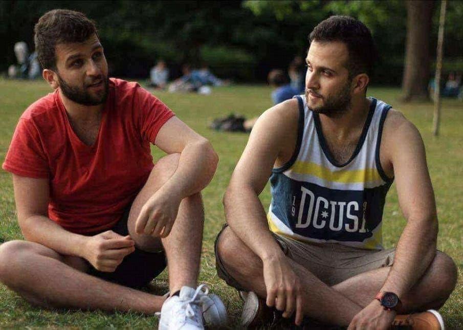 من اليمين عمر الحاج علي، نجا من النار، أما شقيقه محمد البادي معه في الصورة فوجدوه قتيلا