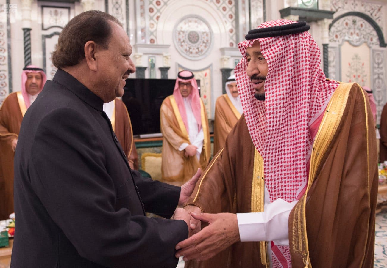الملك سلمان يصافح رئيس باكستان