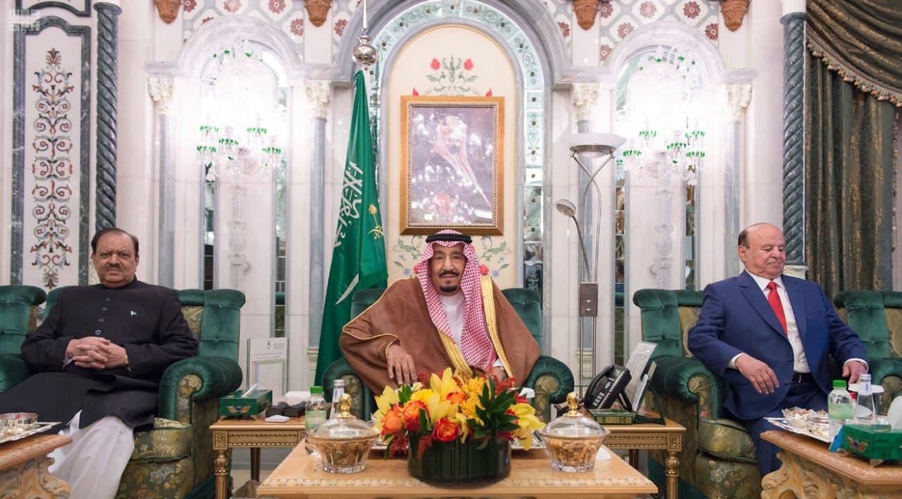 العاهل السعودي يتوسط الرئيسين اليمني والباكستاني