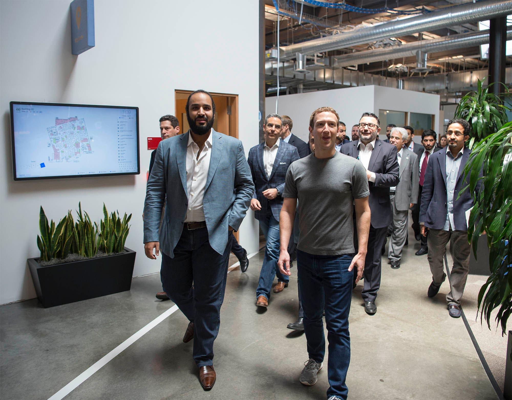 شاهزاده محمد بن سلمان به همراه مارک زاکربرگ مدیر اجرایی شرکت فیس بوک