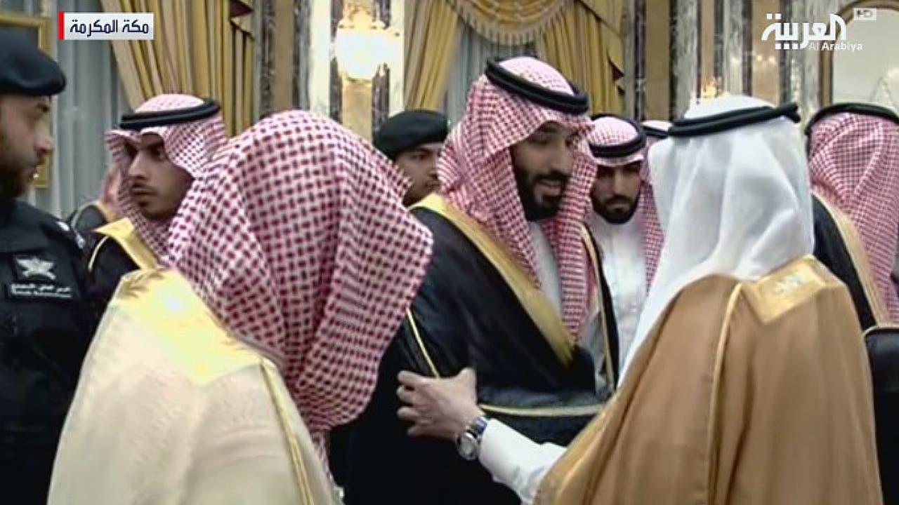 ولي العهد السعودي يصافح الوفود التي تقوم مبايعته