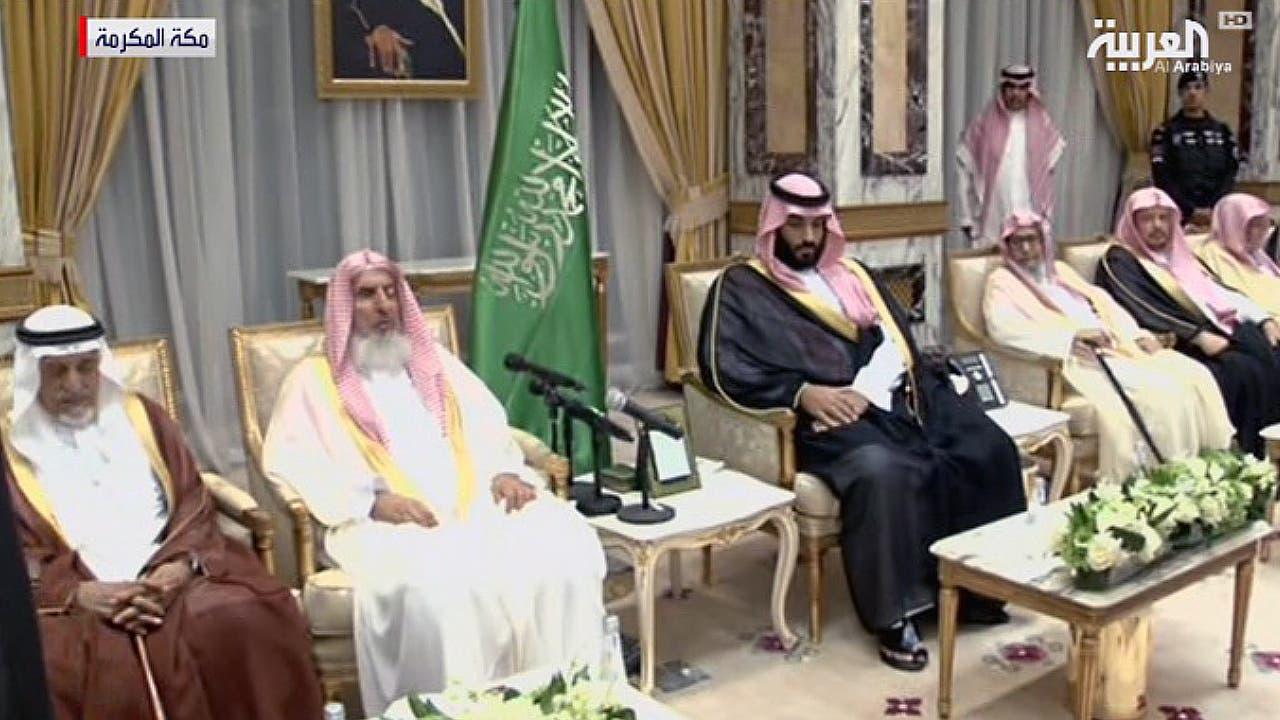ولي العهد السعودي يجلس وإلى يمينه المفتي الذي ألقى كلمة بايع فيها الأمير محمد بن سلمان