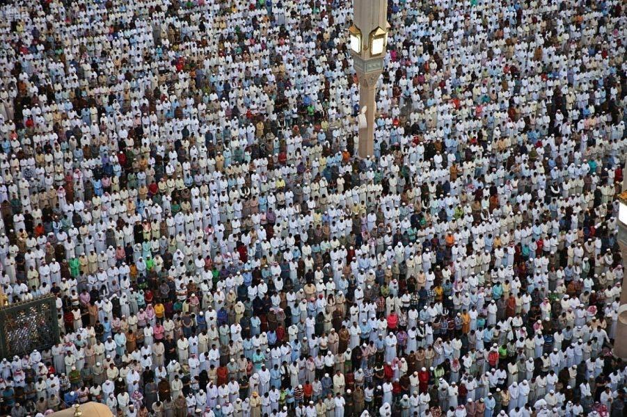 مسجد نبوی میں لاکھوں فرزندان توحید نمازِ عید ادا کررہے ہیں۔