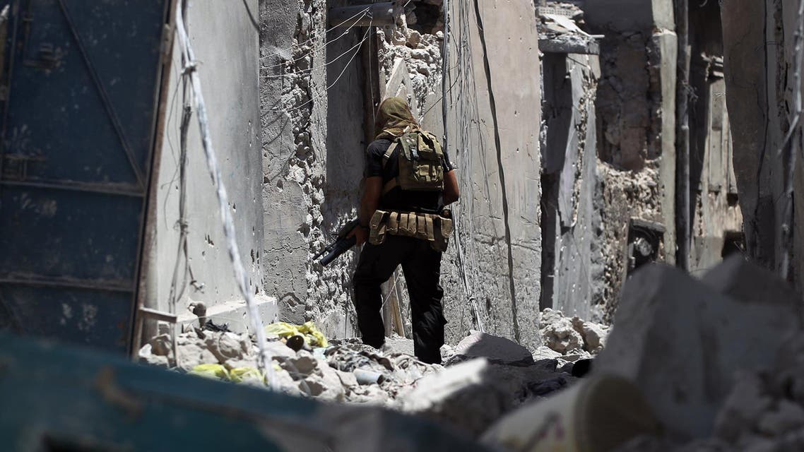 A member of the Iraqi forces advances through the streets of the Old City of Mosul on June 25, 2017, during the ongoing offensive to retake the last district held by the Islamic State (IS) group. AHMAD AL-RUBAYE / AFP