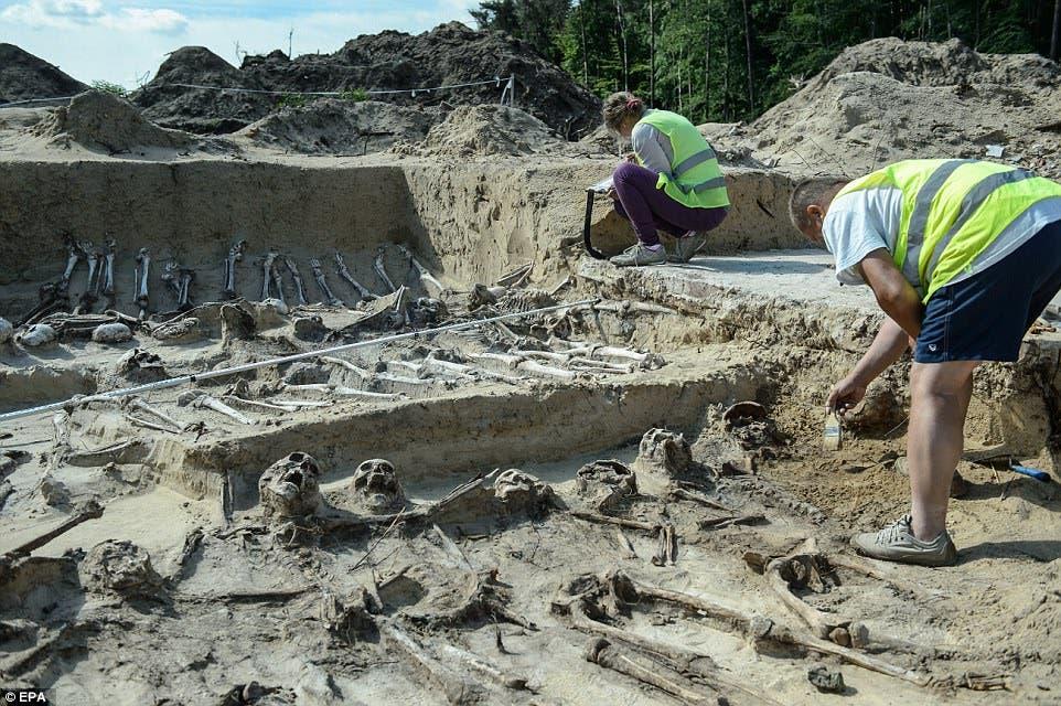 علماء الآثار يعملون في الموقع بشرق بولندا